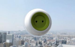 Переносная розетка на солнечной энергии заряжается на окне