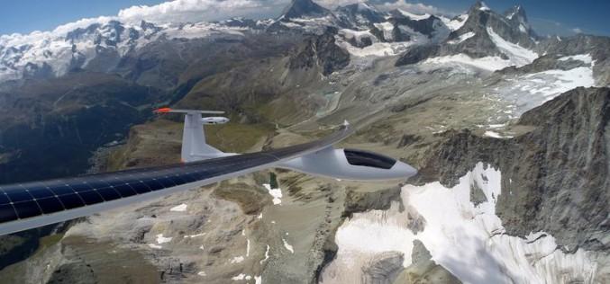 Солнечный самолет Sunseeker Duo летит через Альпы — и обратно