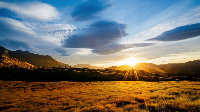 Nature___Sundown_The_sun_sets_behind_the_mountain_042483_